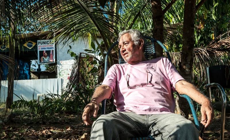 Gerson no quintal da casa que construiu com sua esposa, Dôra. Foto: Lilo Clareto