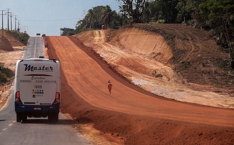 A duplicação da rodovia AM-070 é apontada como um dos grandes fatores de desmatamento na região. Foto: Lilo Clareto