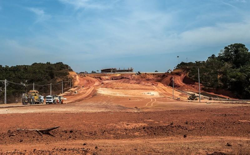 Obra da Universidade do Estado do Amazonas deslocou comunidades tradicionais e gerou desmatamento. Foto