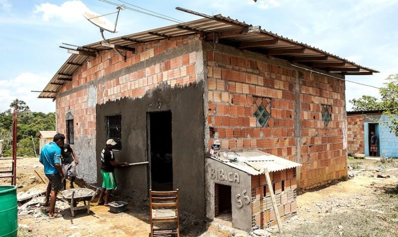 Moradores foram obrigados a reconstruir suas casas em local longe do rio e do acesso aos serviços públicos. Foto: Lilo Clareto