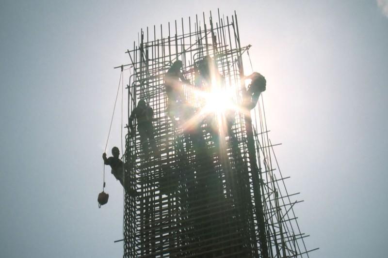 Operários na construção da usina.
