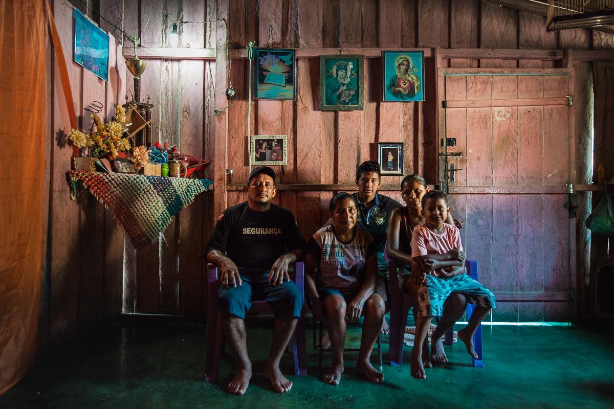 Iranilda Sales (centro) chegou com cinco meses de idade. Ela se casou com Antonino Ferreira, conhecido como Rondônia, e hoje tem neto vivendo na vila. Foto: Guilherme Gomes