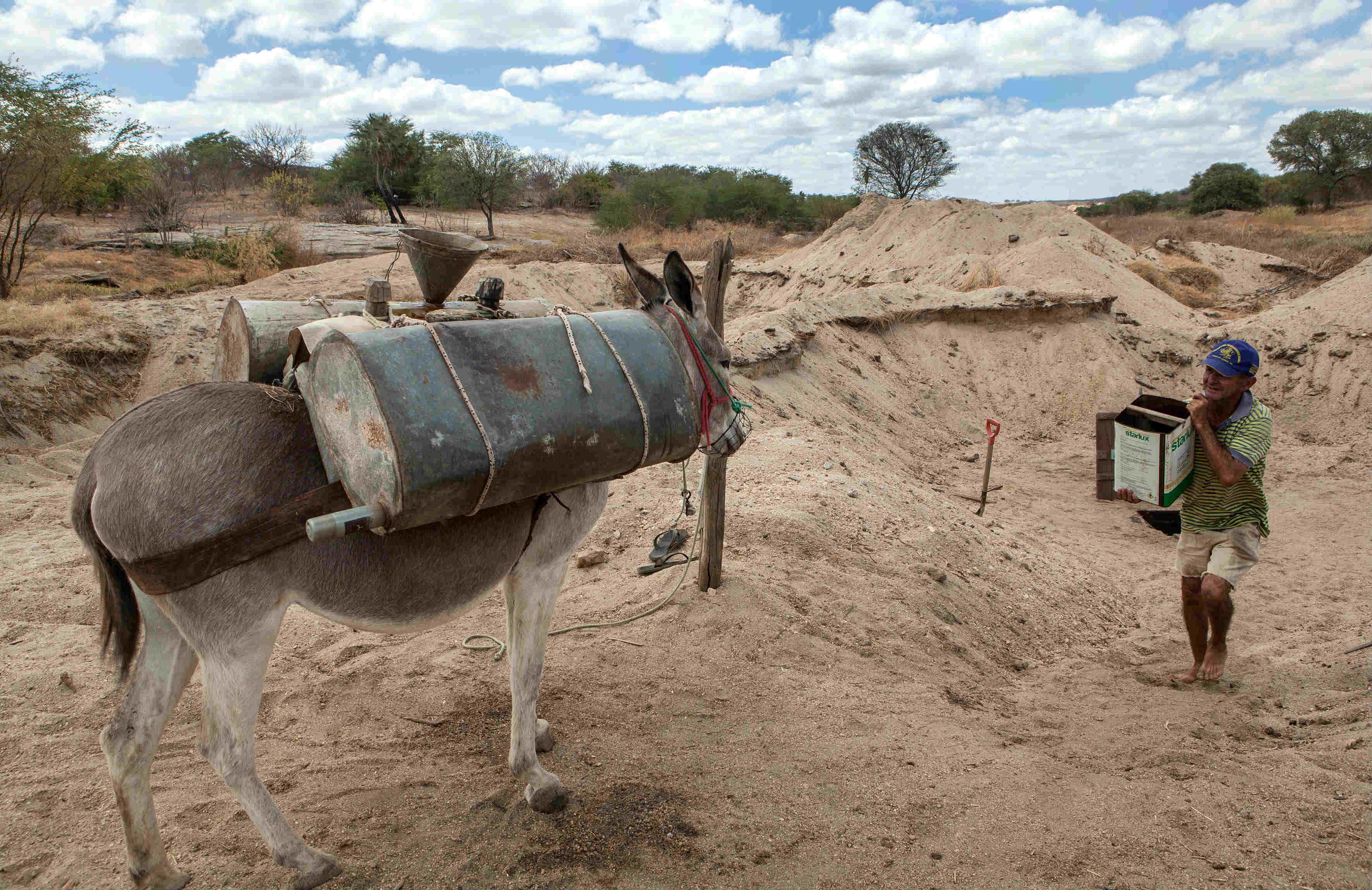 d871e51ba Morador retira água de poço cavado no leito seco do rio Seridó  contexto da  seca de da pobreza dificulta denúncias trabalhistas (Foto  Lilo Clareto)