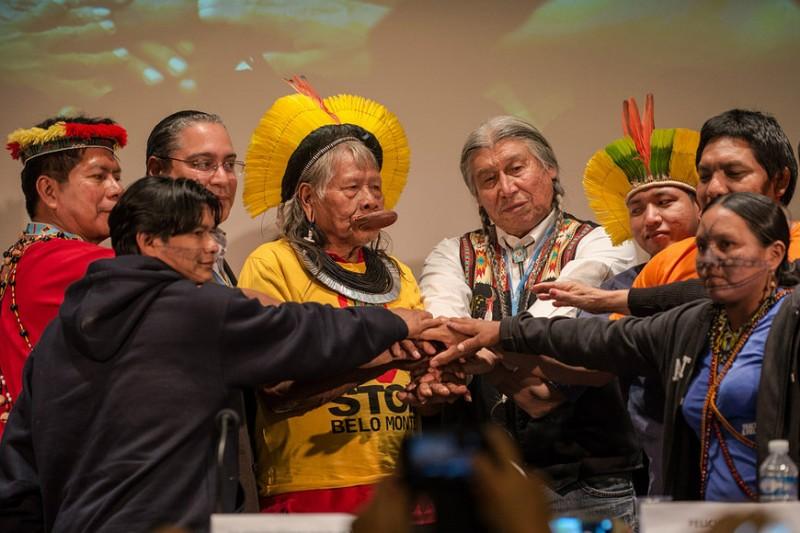 Em Paris para receber o Prêmio Equador, da ONU, as lideranças munduruku participam de evento que reuniu outras lideranças ambientais importantes do Brasil (Foto: Fábio Nascimento/Greenpeace)