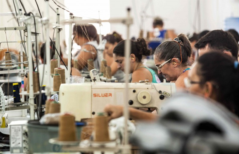 Linha de produção em pequena oficina tercerizada no sertãoatende à demanda da Guararapes, do grupo Riachuelo (Foto: Lilo Clareto)