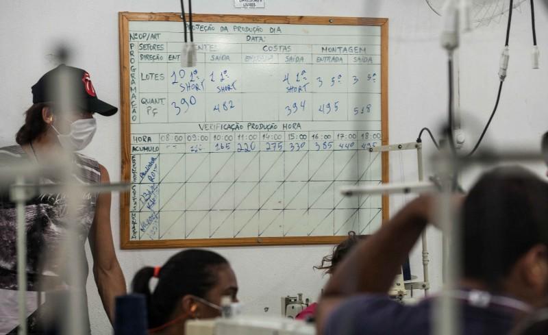 Funcionárias trabalham para cumprir metas da lousa, modelos das peças são definidos pela Guararapes, do grupo Riachuelo (Foto: Lilo Clareto)