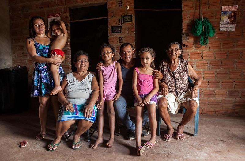 Antônio, ao centro, hoje vive e trabalha em Codó com sua mãe, esposa, filha e netas. Foto: Lilo Clareto/Repórter Brasil