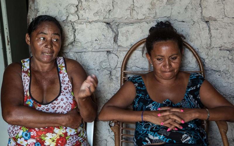 """""""Um dia tem só arroz, outro dia não tem nada pra comer"""", conta Andreia (dir.) ao lado de sua mãe, Tereza. Foto: Lilo Clareto/Repórter Brasil"""