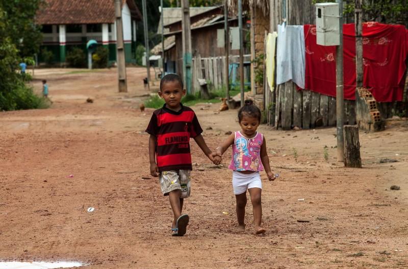 Crianças em Pimental, comunidade de mais de cem anos, que será alagada pela nova barragem. Foto: Lilo Clareto/Repórter Brasil