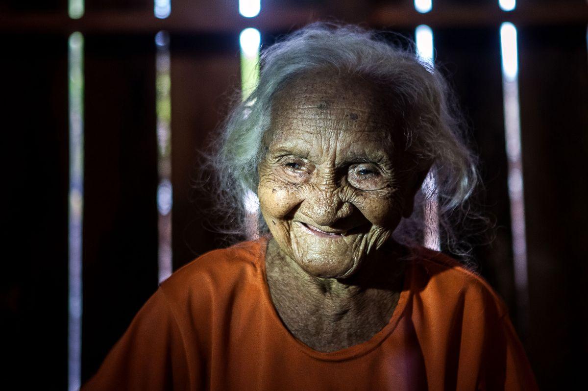 """Dona Bibiana, conhecida como Gabriela, completou 107 anos e é a moradora mais antiga de Pimental: já caçou onça com rifle e flechas e foi caçada pelas """"pintadas mais bravas"""". Foto: Lilo Clareto/Repórter Brasil"""