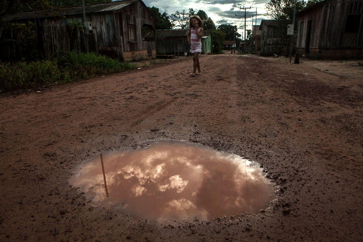 Depois de tempos de seca, as águas das chuvas formam poças coloridas no meio do barro devido a mistura com as folhagens da Amazônia. Foto: Lilo Clareto/Repórter Brasil