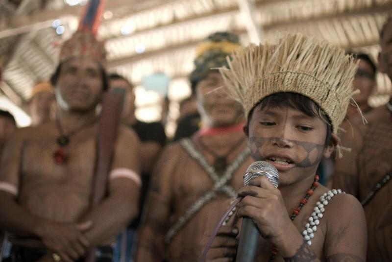 Menino canta em assembleia munduruku Foto: Anderson Barbosa / Fractures Collective