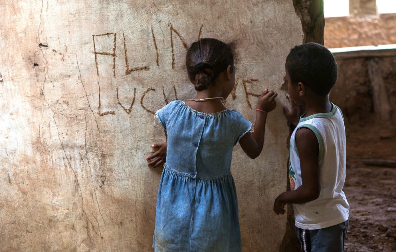 Crianças brincam em meio às ruínas da Casa Grande de Mata Virgem. Foto: Lilo Clareto/Repórter Brasil