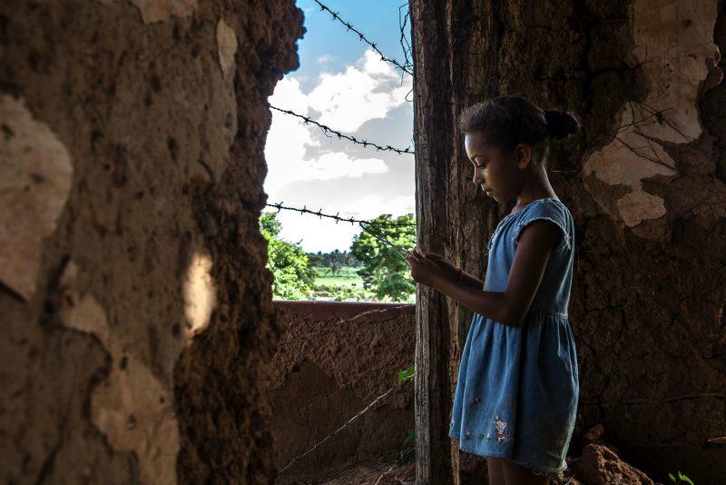 Menina quilombola brinca dentro da antiga sede da fazenda FOTO: Lilo Clareto/ Repórter Brasil