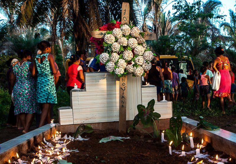 Quilombolas do Maranhão fazem a cerimônia de um ano da morte de morador local, entoando cânticos e rezas tradicionais (Foto: Lilo Clareto/Reporter Brasil)