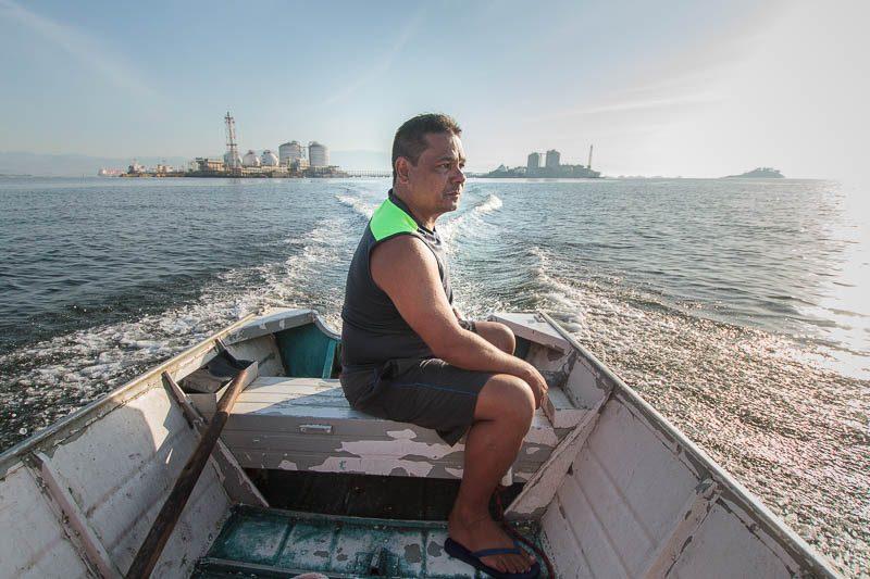"""Alexandre nos levou para um """"turismo tóxico boladão"""" pela baía. Foto: Marcio Isensee e Sá"""