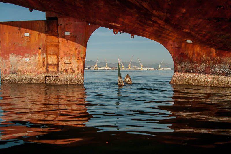 Barcos abandonados apodrecem na baia de Guanabara. Foto: Marcio Isensee e Sá