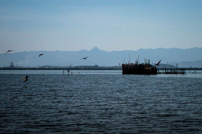 Curral para pegar peixes, à direita, montado em frete à refinaria, à esquerda. Foto: Marcio Isensee e Sá