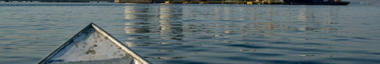 """""""Turismo tóxico boladão"""": um passeio no barco mais alvejado da baía de Guanabara"""