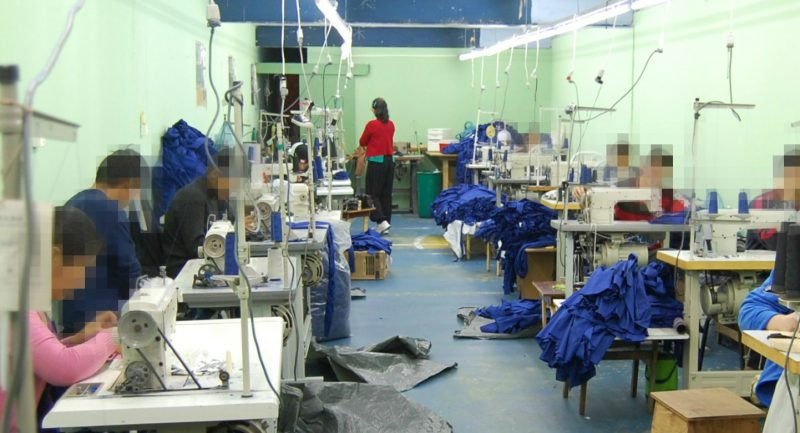 Equipes de fiscalização trabalhista flagraram, pela terceira vez, trabalhadores estrangeiros submetidos a condições análogas à escravidão produzindo peças de roupa para a Zara