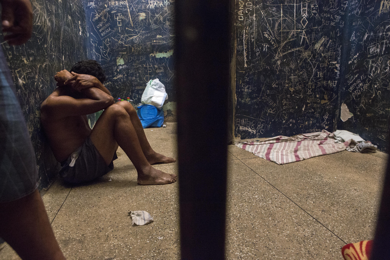 Cela masculina na delegacia de São Gabriel da Cachoeira; o delegado separa os presos homens por tipo de crime - Créditos: Repórter Brasil