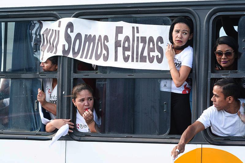 fe1ad6500 Trabalhadoras com uniforme da Guararapes participam de protesto em frente  ao prédio do MPT