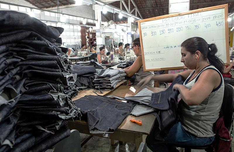 4bac973f7 Costureiras têm que cumprir metas fixadas pela Riachuelo dentro de oficina  terceirizada (Foto  Lilo Clareto)