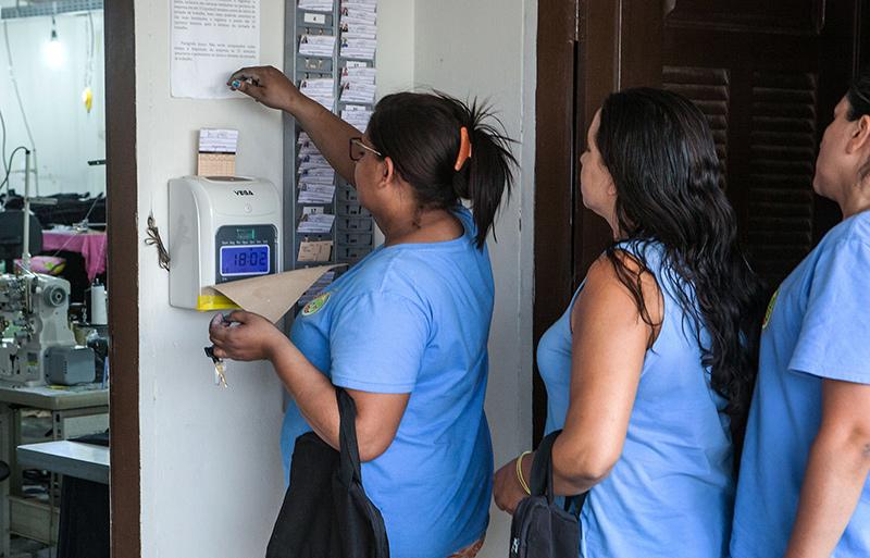 c20ec2e5c Trabalhadoras batem ponto para entrar em oficina terceirizada no sertão  (Foto  Lilo Clareto)