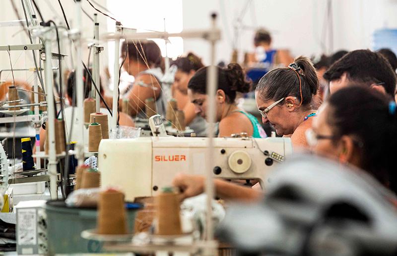 846ad63aa Linha de produção em pequena oficina tercerizada no sertão atende à demanda  de grandes marcas da moda (Foto  Lilo Clareto)