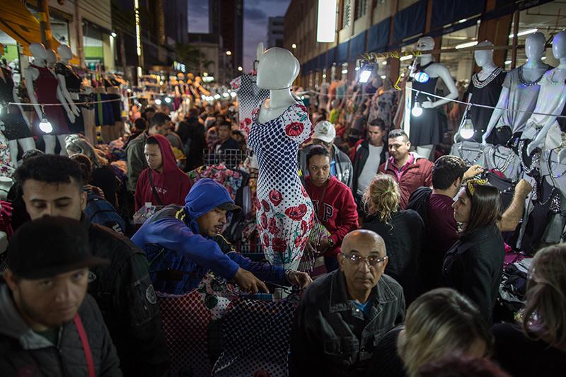 O horário de pico é das 4 às 6 horas da manhã. Nas segundas e terças, dias de maior movimento, é difícil se movimentar entre as bancas. Foto: Flavio Forner/The Guardian