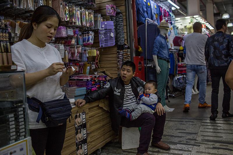 Depois que o comércio das ruas cresceu, shoppings e galerias foram construídos, eles também atendem o público da madrugada – horário de maior movimento. Foto: Flavio Forner/The Guardian