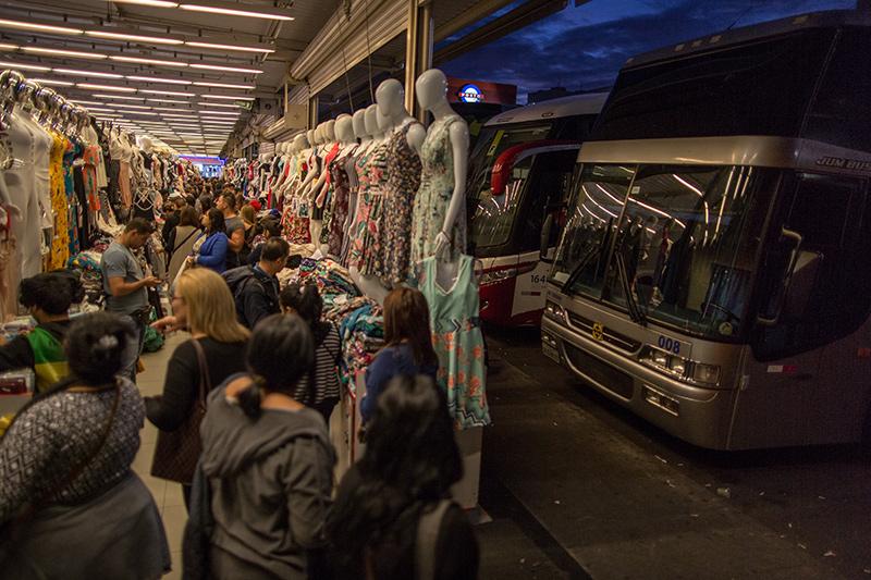 Nos shoppings e galerias, há sempre um estacionamento lotado de ônibus, muitos deles do tipo leito. A reportagem contou placas de 8 estados diferentes em apenas um pátio. Foto: Flavio Forner/The Guardian