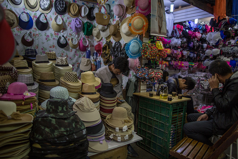 Nos ambientes internos, a maioria dos vendedores é de imigrantes asiáticos, em especial famílias recém chegadas da China e muitas da Coreia, já bem instaladas no Brasil. Foto: Flavio Forner/The Guardian