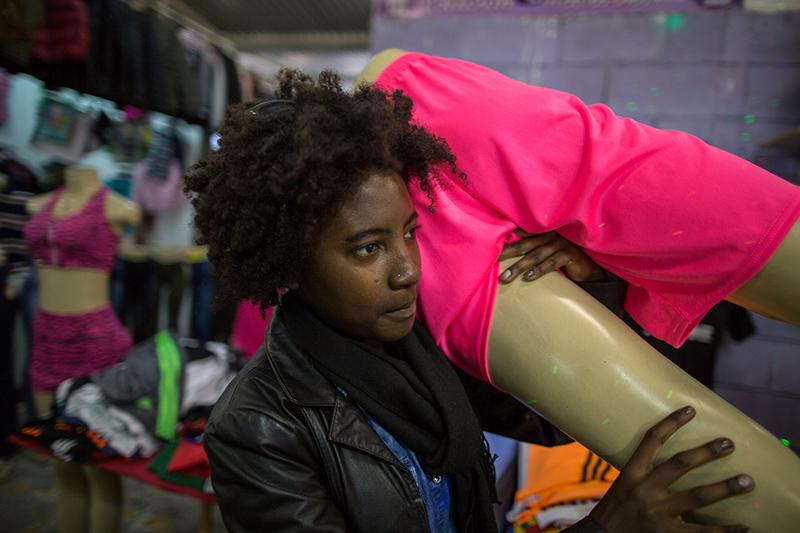 No pátio do Pari, um galpão abriga 4.000 estandes, onde a maior parte dos produtos é roupa. O espaço foi criado em 2006, dois anos depois que a feira nasceu nas ruas do Brás. Foto: Flavio Forner/The Guardian