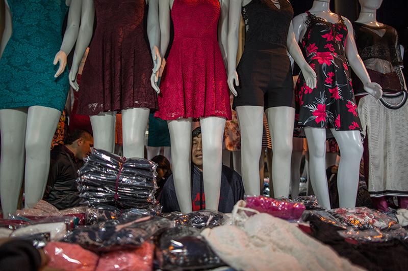 A maior parte das bancas instaladas na rua contam com uma estrutura mínima, expondo manequins e araras para melhorar a exibição das roupas. Foto: Flavio Forner/The Guardian