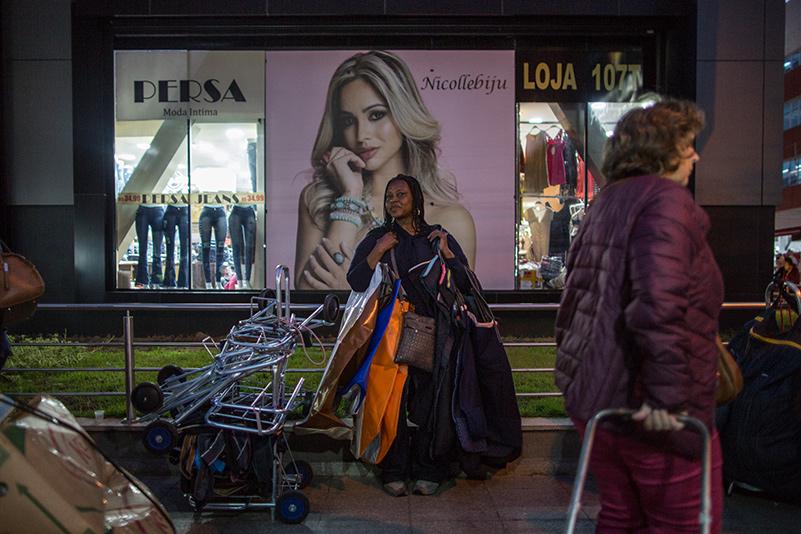 """A Feirinha da Madrugada abriga os novos """"sacoleiros"""", vendedores que vêm do Brasil inteiro em busca de roupas nos preços mais baixos para revender em comércios informais nas suas cidades. Foto: Flavio Forner/The Guardian"""