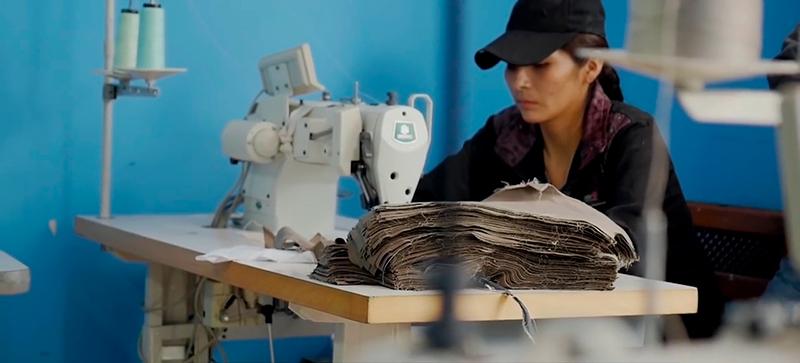 Migrantes bolivianos costuravam mais de 14 horas por dia e recebiam, em média, R$ 0,34 centavos por hora trabalhada em oficina terceirizada da Mektrefe. Fotografia: Al Jazeera/Repórter Brasil