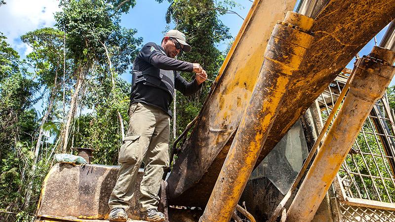 Servidor do Icmbio lacra uma das máquinas usadas para o garimpo dentro da Floresta Nacional do Amana