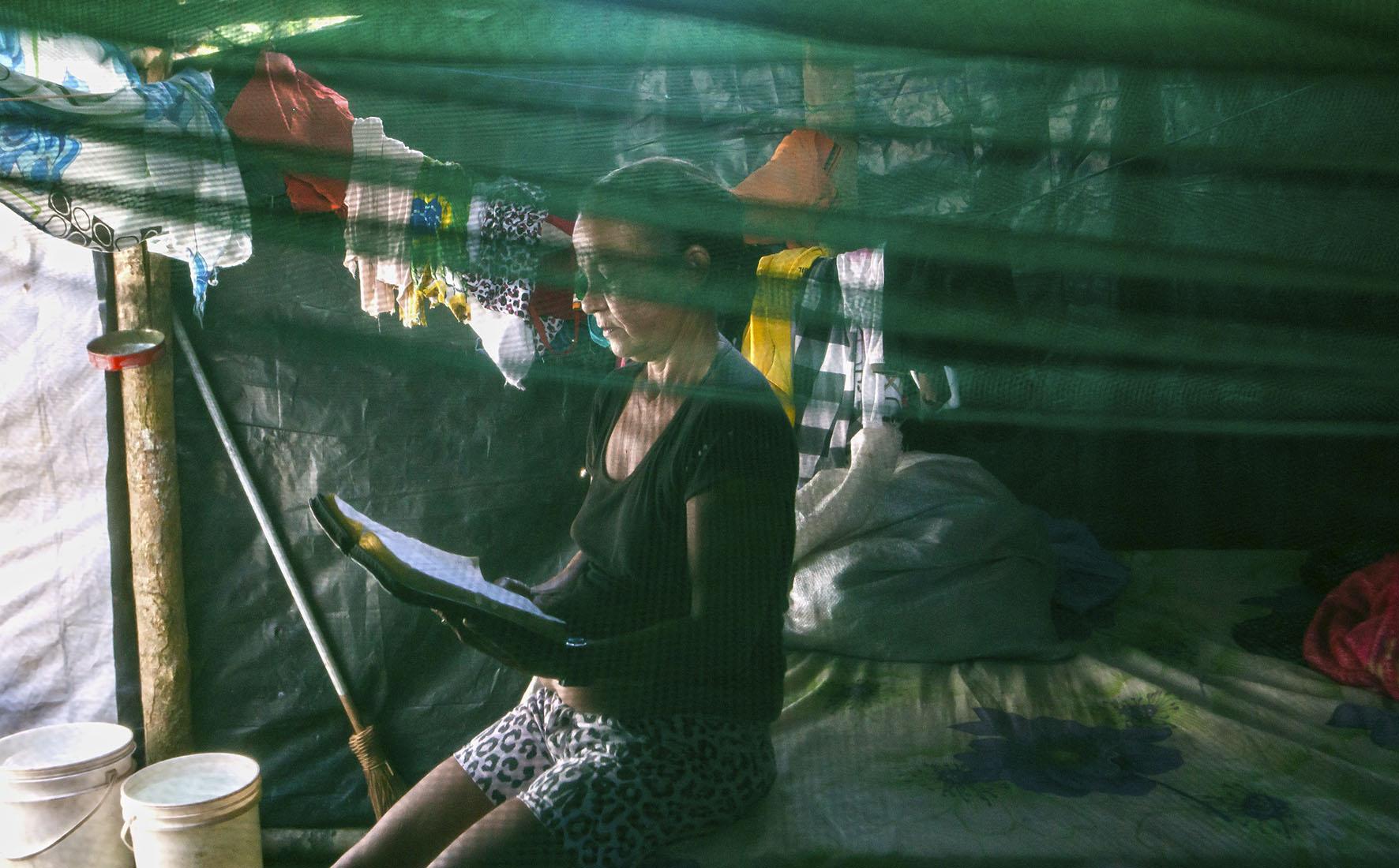"""Cozinheira lê a bíblia no """"fuscão"""", apelido dado ao único ambiente com cama e fechado por paredes"""