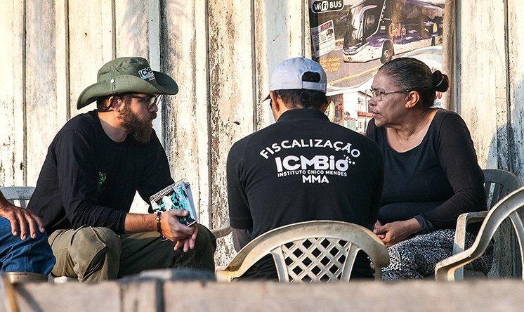 Na varanda da casa da proprietária, servidores do Icmbio explicam a ela que o garimpo será interditado