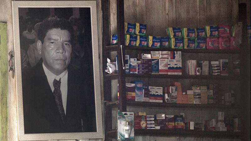 O retrato do marido, morto dentro do garimpo, fica entre a farmácia e a cantina, onde os produtos custam até dez vezes o valor da cidade