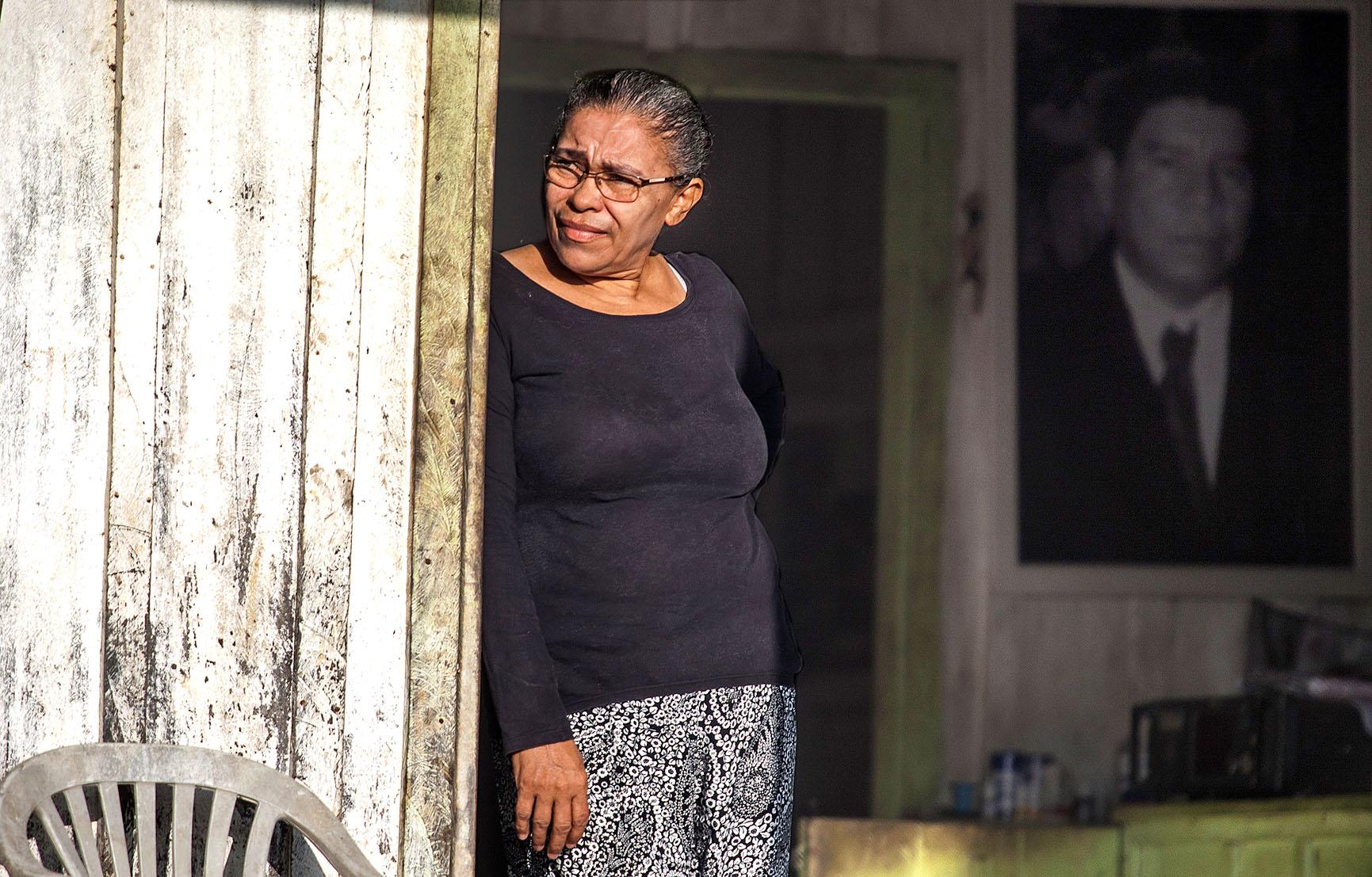 Raimunda estica os olhos sobre sua propriedade ao lado do retrato de Chicão, seu marido foi assassinado dentro do garimpo
