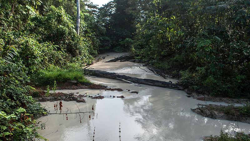 Rio próximo à propriedade tem suas águas poluídas pelos resíduos do garimpo