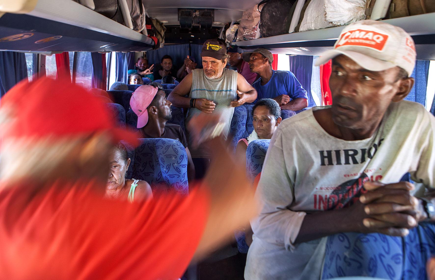 Um ônibus foi contratado para retirar os trabalhadores. Diferente da regra anterior, dessa vez foi a proprietária que pagou pelo deslocamento