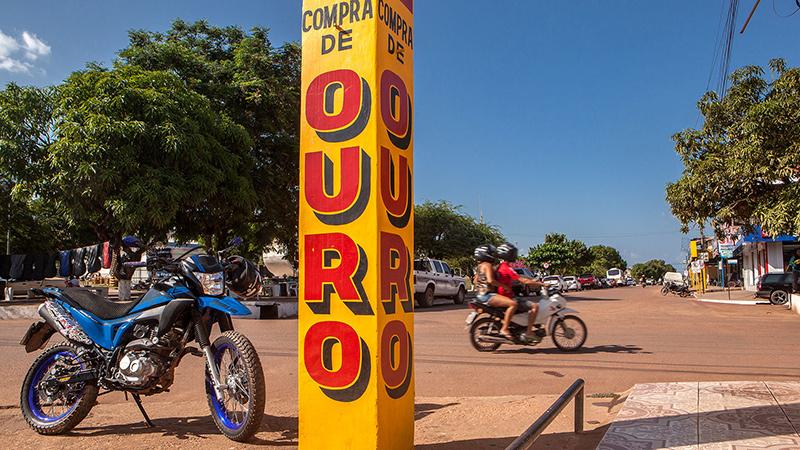 Na sede da cidade de Itaituba, é grande o comércio de ouro. Estima-se que haja mais de 3 mil garimpos ilegais na região