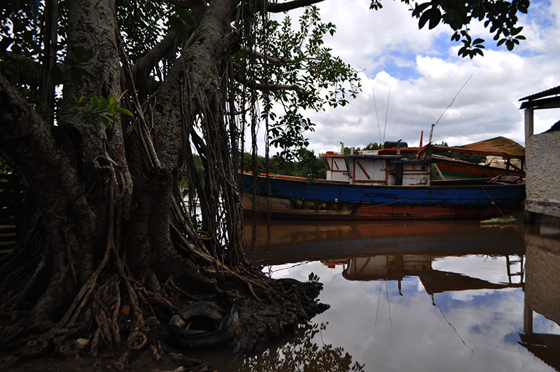 Embarcação à espera de uma boa maré, na Barra do Itabapoana. Foto: João Cesar Diaz/Repórter Brasil