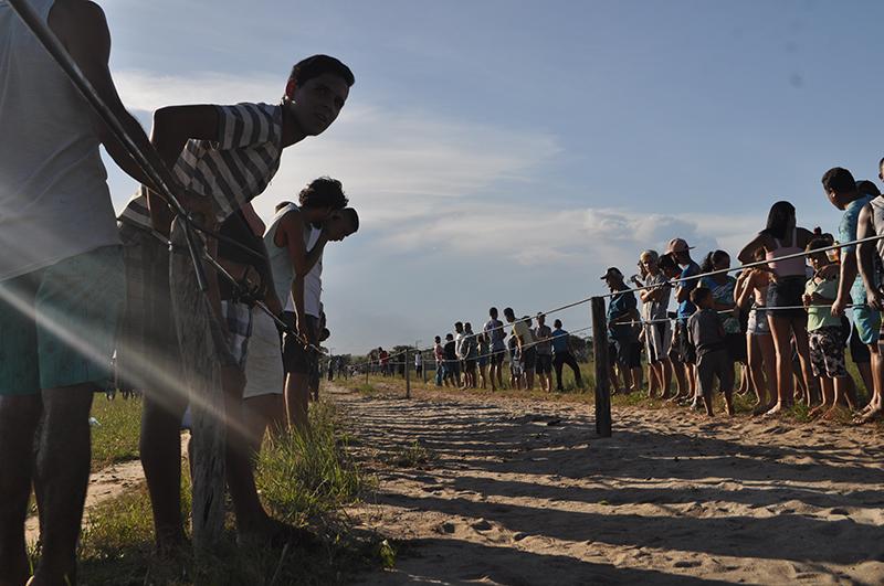 A expectativa dos moradores na reta final da corrida em Presidente Kennedy. Foto: João Cesar Diaz/Repórter Brasil