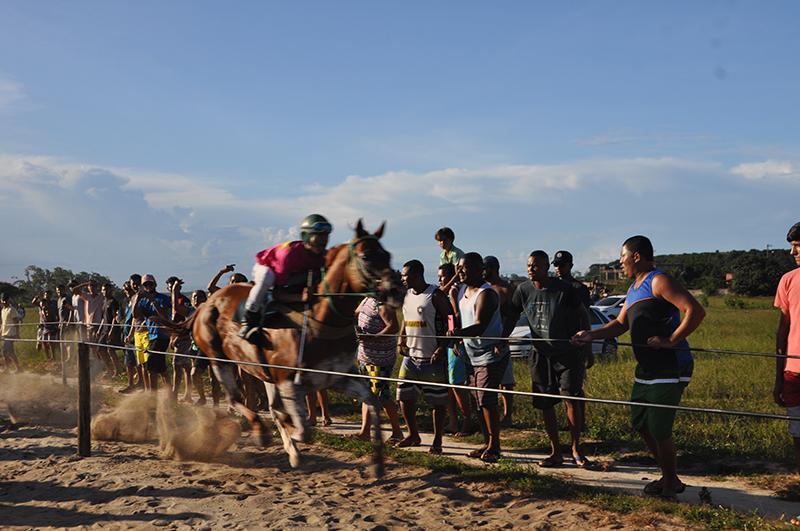 Espectadores de toda a região se reúnem aos domingos em Presidente Kennedy para assistir às disputadas corridas. Foto: João Cesar Diaz/Repórter Brasil