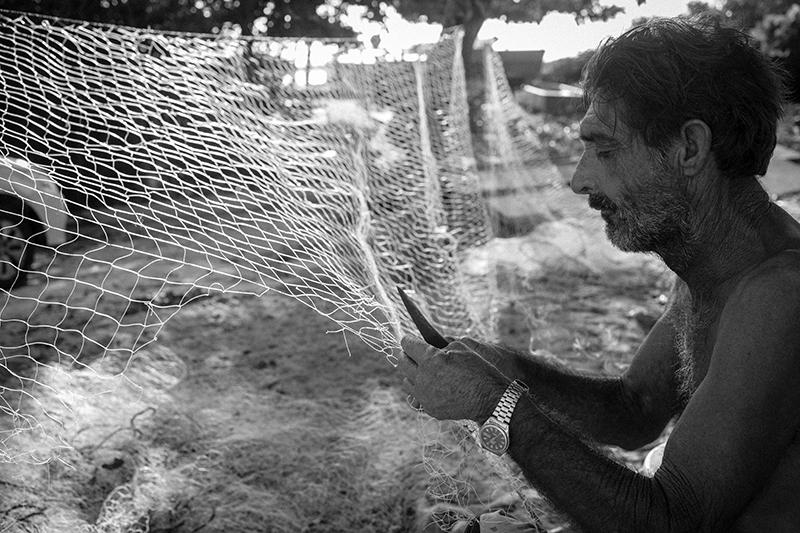 Pescador entralha suas redes para a próxima pescaria. Foto: Gustavo Lousada/Repórter Brasil