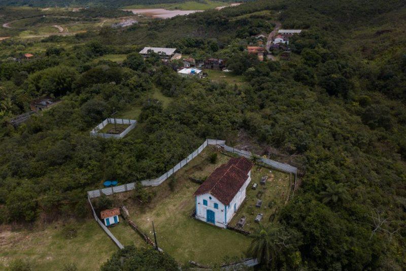 O mato toma o lugar dos escombros das casas soterradas e deixa o que restou de Bento Rodrigues com aspecto de cidade fantasma (Foto: Flavio Tavares/Repórter Brasil)